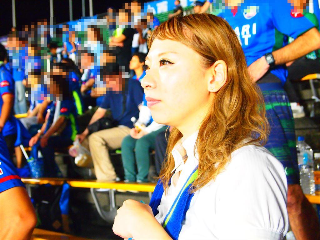 真剣な表情で声援を送る徳島ヴォルティス 女性サポ ヴォニータ ももさん