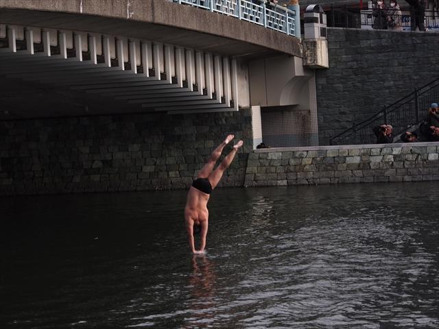 2019年 第25回新町川寒中水泳 新町川から飛び込み 前逆飛込み