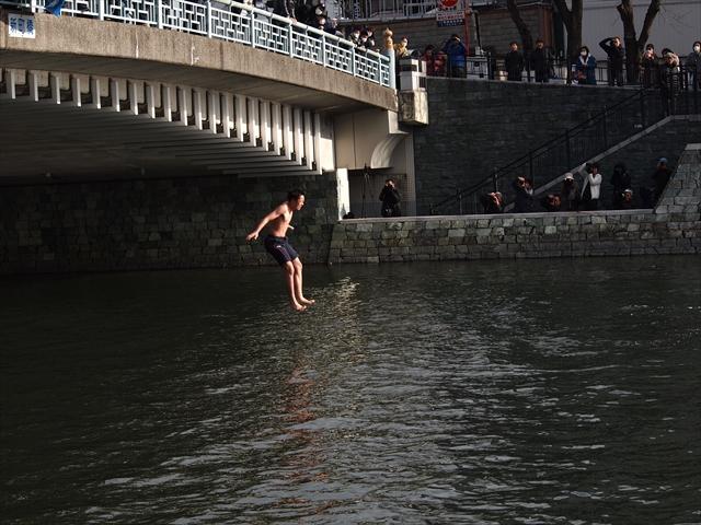 2019年 第25回新町川寒中水泳 新町川から飛び込み