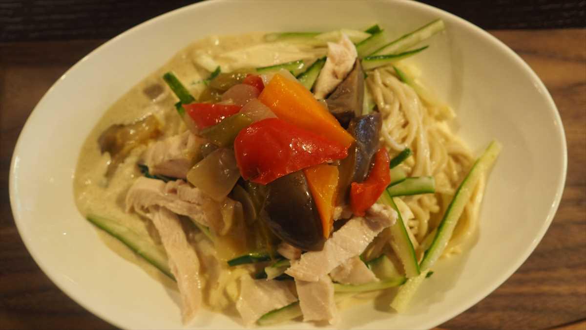 徳島市南内町 鶏そば つけ麺 すゞや 期間数量限定 蒸し鶏とラタトゥイユ(夏野菜の煮込み)