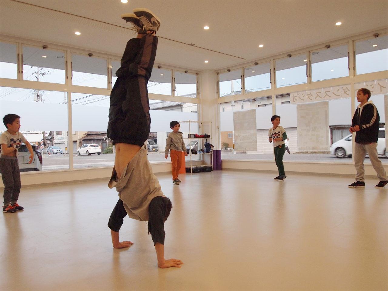 徳島県北島町 ダンススタジオ ダンススクール B.I.G(ビーアイージー) KIDS BREAKIN 超入門 SHOWFLY